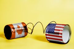 Telefon för tenn- can med USA och Kanada flaggor svart telefon för kommunikationsbegreppsmottagare royaltyfri illustrationer
