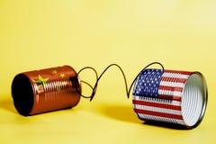 Telefon för tenn- can med USA och Kina flaggor svart telefon för kommunikationsbegreppsmottagare stock illustrationer