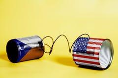 Telefon för tenn- can med USA och tjeckflaggor svart telefon för kommunikationsbegreppsmottagare vektor illustrationer
