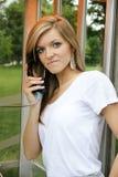 Telefon för ung kvinna offentligt Royaltyfria Bilder