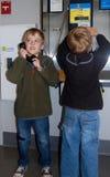 Telefon för Young Boys brukslön Royaltyfri Foto