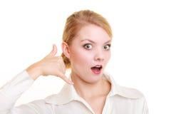 Telefon Förvånad affärskvinnadanande kallar mig gesten Arkivbild