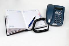 Telefon, Feder und geöffnetes Tagebuch Stockbilder