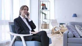 Telefon-Gespräch, junge Frau, die an Anruf bei der Arbeit teilnimmt stockfoto