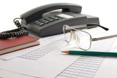 Telefon, Gläser, Bleistift Stockfoto