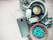 Telefon, hełmofony, filiżanka fragrant cappuccino obraz stock