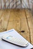Telefon i agenda biznesowy dzienniczek na drewnianym stole Zdjęcia Stock