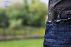 Telefon i jeansfack Arkivbild