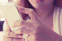 telefon kobieta mądrze używać Zdjęcia Royalty Free