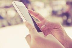 telefon kobieta mądrze używać Obraz Royalty Free