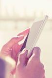 telefon kobieta mądrze używać Zdjęcie Royalty Free