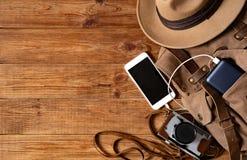 Telefon komórkowy z powerbank na drewnianym stołowym tle zdjęcie stock