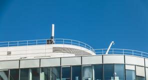 Telefon komórkowy antena na dachu budynek Obrazy Royalty Free