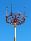Telefon komórkowy antena, nadajnik Telekomunikacyjna radiowa mobilna antena przeciw niebieskiemu niebu zdjęcia stock
