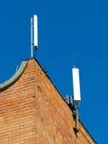 Telefon komórkowy antena, nadajnik Telekomunikacyjna radiowa mobilna antena przeciw niebieskiemu niebu obraz royalty free