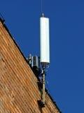Telefon komórkowy antena, nadajnik Telekomunikacyjna radiowa mobilna antena przeciw niebieskiemu niebu zdjęcia royalty free