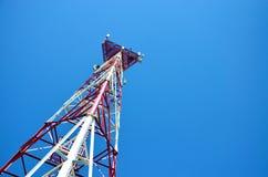 Telefon komórkowy antena, nadajnik Telekomunikacyjna radiowa mobilna antena przeciw niebieskiemu niebu obrazy stock