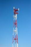 Telefon komórkowy antena, nadajnik Telekomunikacyjna radiowa mobilna antena przeciw niebieskiemu niebu zdjęcie stock