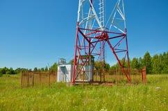 Telefon komórkowy antena, nadajnik Telekomunikacyjna radiowa mobilna antena przeciw niebieskiemu niebu fotografia stock
