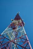 Telefon komórkowy antena, nadajnik Telekomunikacyjna radiowa mobilna antena przeciw niebieskiemu niebu fotografia royalty free