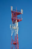 Telefon komórkowy antena, nadajnik Telekomunikacyjna radiowa mobilna antena przeciw niebieskiemu niebu zdjęcie royalty free