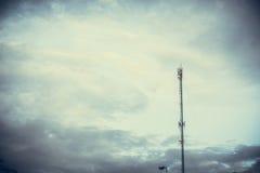 Telefon komórkowy anteny komunikacyjny wierza z c i niebieskim niebem Obraz Stock