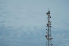Telefon komórkowy anteny komunikacyjny wierza z c i niebieskim niebem Obraz Royalty Free