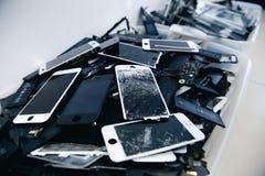 Telefon komórkowy baterie, pastylki, łamający ekranu LCD iPhone obrazy royalty free