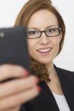 telefon komórkowy chodzący kobiety potomstwa zdjęcia royalty free