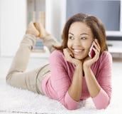telefon komórkowy dziewczyny szczęśliwy telefon komórkowy Zdjęcia Royalty Free