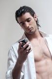 telefon komórkowy faceta wiadomości teksta pisać na maszynie Obraz Royalty Free