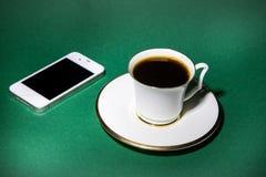 Telefon komórkowy i filiżanka kawy Fotografia Stock