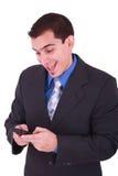 telefon komórkowy jego przyglądającego mężczyzna uśmiechnięci potomstwa Zdjęcie Royalty Free