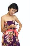 telefon komórkowy jej przyglądająca kobieta Obrazy Stock