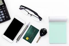 Telefon komórkowy, kredytowa karta, klucz, szkła i kalkulator na bielu, Zdjęcia Royalty Free