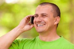 telefon komórkowy mężczyzna plenerowi obcojęzyczni potomstwa Zdjęcie Royalty Free
