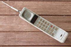Telefon komórkowy na brown drewnianym tle Zdjęcie Royalty Free