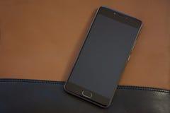 Telefon komórkowy na rzemiennej torbie Zdjęcia Royalty Free