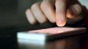 Telefon Komórkowy na stole Pchającym i Swiped palcem zdjęcie wideo