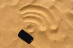 Telefon komórkowy na WiFi znaku i plaży Obrazy Stock