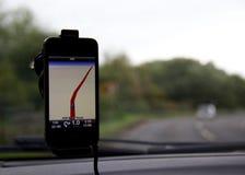 Telefon komórkowy nawigaci mapa dołączająca samochodowy windscreen Obrazy Royalty Free