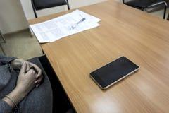 Telefon komórkowy, papier i pióro na drewnianym stole, Obraz Stock