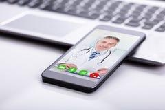 Telefon Kom?rkowy Pokazuje wideokonferencj? lekarka obrazy stock