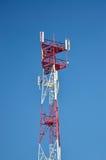 Telefon komórkowy radiowej anteny komórkowy telekomunikacyjny wierza Telefonu komórkowego wierza przeciw niebieskiemu niebu Obrazy Stock