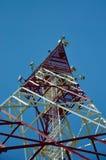 Telefon komórkowy radiowej anteny komórkowy telekomunikacyjny wierza Telefonu komórkowego wierza przeciw niebieskiemu niebu zdjęcie stock
