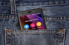 Telefon komórkowy, telefon komórkowy w plecy kieszeni niebieskich dżinsach Obrazy Stock