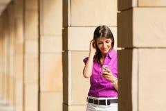 telefon komórkowy używać kobiety Zdjęcia Royalty Free