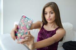telefon komórkowy używać kobiety potomstwo Zdjęcia Stock