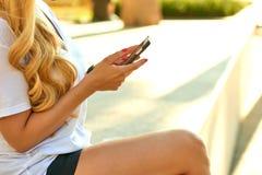 Telefon komórkowy w młodej kobiety rękach obrazy royalty free