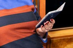 Telefon komórkowy w rękach fotografia stock